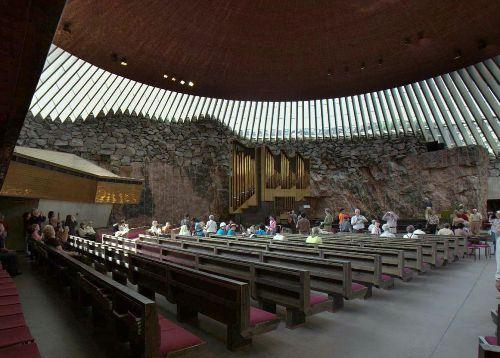 Кирха на площади Темппелиаукио (Храмовой пл.)                                  Церковь в скале.