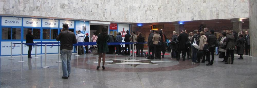 Окна регистрации Check in компании Saint Peter Line на Морском вокзале в Санкт-Петербурге.