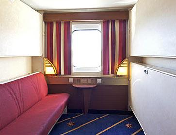 Каюта с окном. 2 нижние кровати и две верхние кровати. Радио. Одна из нижних кроватей может использоваться как диван. Возможны каюты для аллергиков.